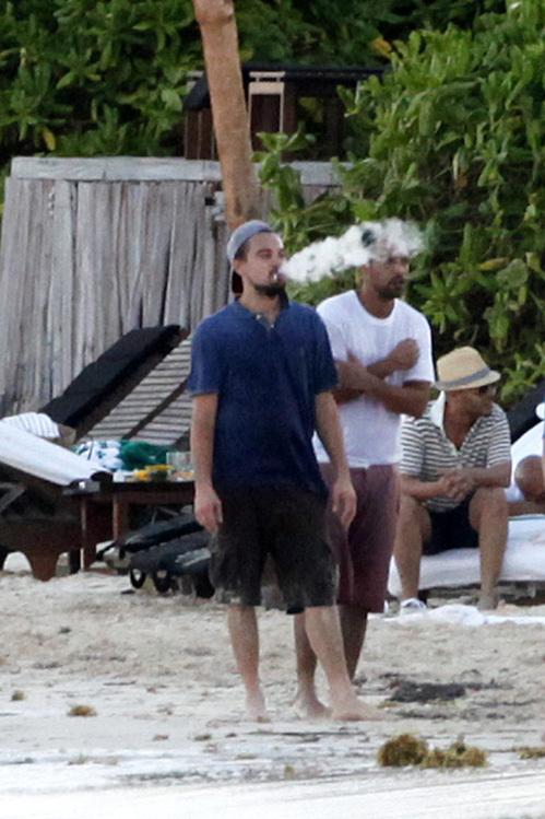 Леонардо ДИКАПРИО дымил на пляже сигарой...