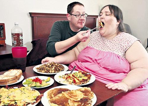С помощью мужа-повара амбициозная женщина надеется стать самым тяжёлым человеком на планете