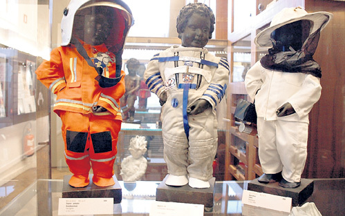 В костюмах пожарного, космонавта и пасечника писающий мальчик выглядит куда наряднее, чем голышом