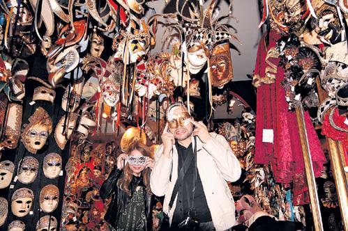 СВОРЦОВ рекомендует покупать знаменитые венецианские маски подальше от главной площади Сан-Марко