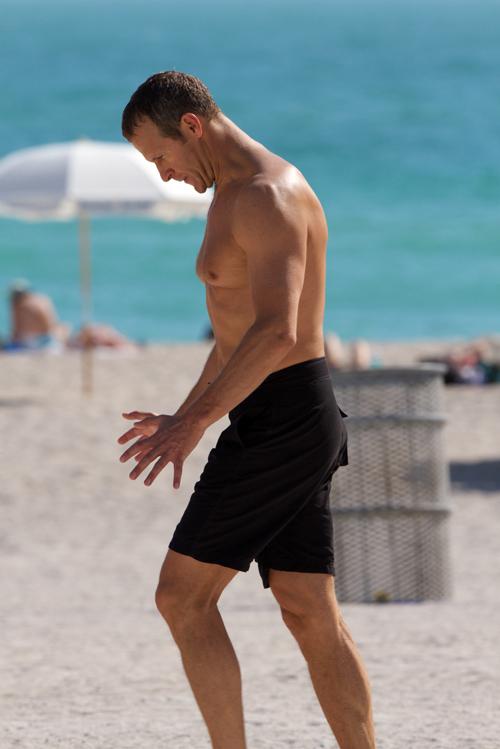 ДОРОНИН бродил по пляжу, брутально размаховая руками и ногами.