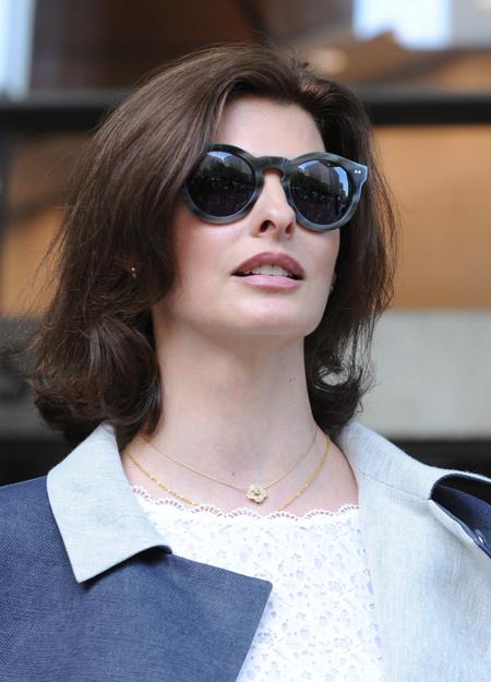 Линда ЕВАНГЕЛИСТА покидает здание суда после очередного слушания.