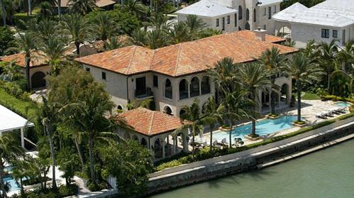 Дом ДЖОЭЛА площадью 829 кв. м построен в средиземноморском стиле, в нем семь спален и восемь ванных комнат