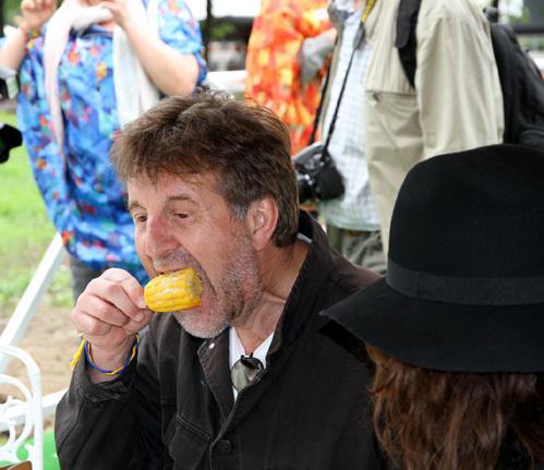 ЯРМОЛЬНИК, тем временем, вернулся к своей кукурузе (фото Бориса КУДРЯВОВА)
