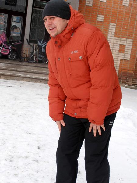 Андрей Мазныця показывает, как он ходил после ущемления седалищного нерва
