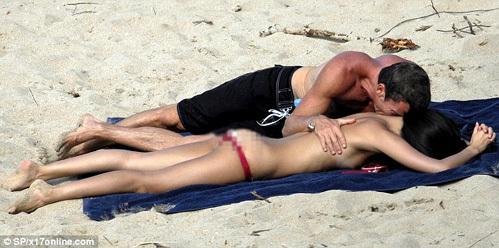В разгар секс-скандала актрису застукали на пляже с бойфрендом