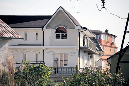 Рядом с новостройкой в районе Курортный - дом под синей крышей...