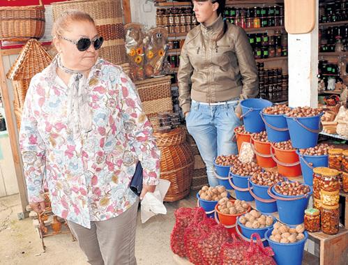 Наталья БОНДАРЧУК долго приценивалась к разным сортам орешков и взяла на пробу 200 граммов фундука