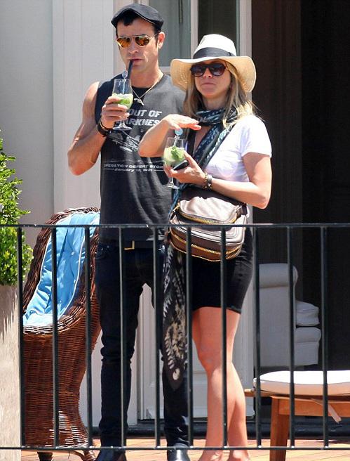 ЭНИСТОН и ТЕРУ проводили день коктейлями на балконе своего номера