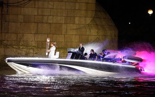 Дэвид БЭКХЕМ вместе с коллегами привез на катере факел с олимпийским огнем.