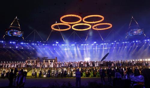 Над полем парили олимпийские кольца...