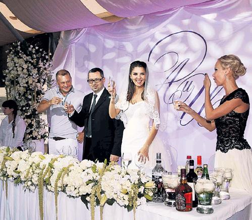 На торжестве невеста пила традиционное шампанское, а жених предпочитал водочку