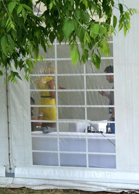 Помощникам пришлось спешно зашивать платье на попе Вики