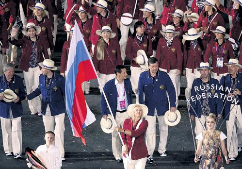 Знаменосец Мария ШАРАПОВА, как и многие наши олимпийцы, живёт и тренируется за границей. В России нет условий
