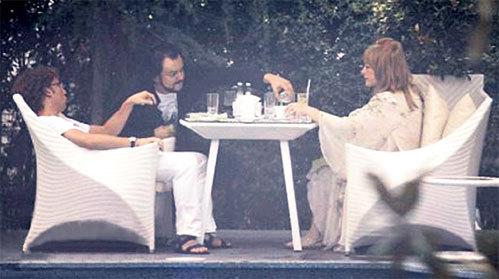 В компании закадычных мужей Алла Борисовна отдыхала по-взрослому: пила и курила