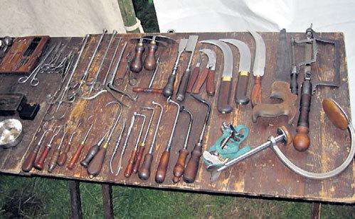 Вот такими инструментами резали и штопали раненых во время войны 1812 года. Про анестезию в русской армии узнали лишь спустя несколько десятилетий - в Крымскую войну