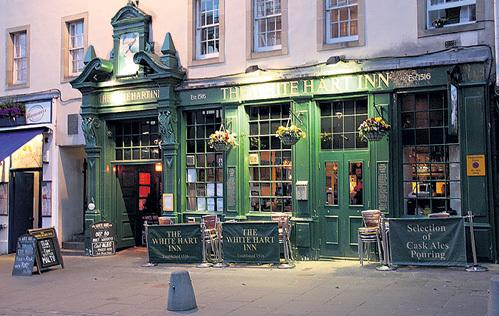 В одном из самых старых пабов Эдинбурга (Шотландия) «White Heart Inn» любил засиживаться поэт Роберт БЕРНС. За 300 лет здесь ничего не поменялось
