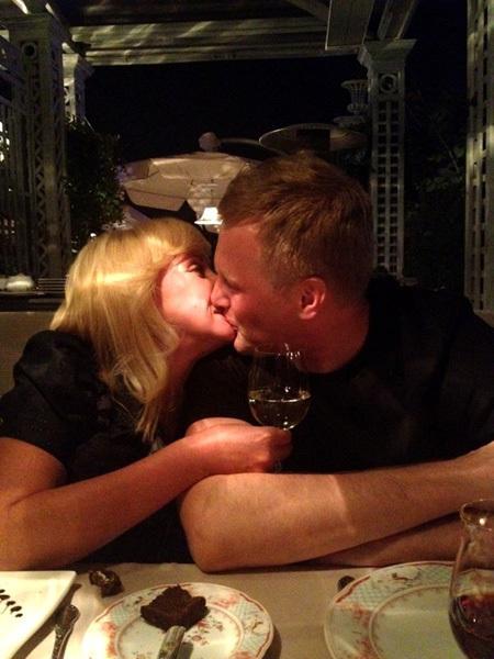 Оксана ПУШКИНА с женихом Алексеем (фото из Твиттера Екатерины РОЖДЕСТВЕНСКОЙ)