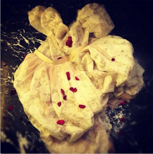 Снимок помятого и растерзанного свадебного наряда с