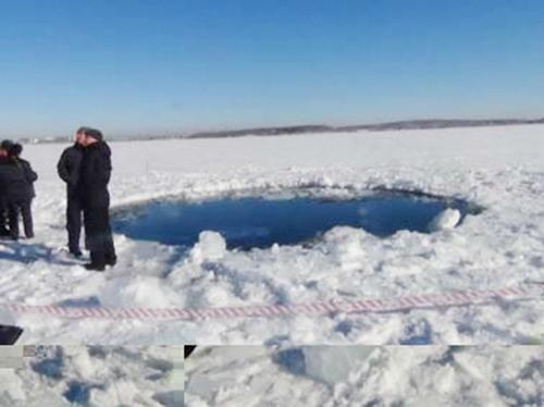 Место падения осколков метеорита в озере Чебаркуль (фото РИА Новости)