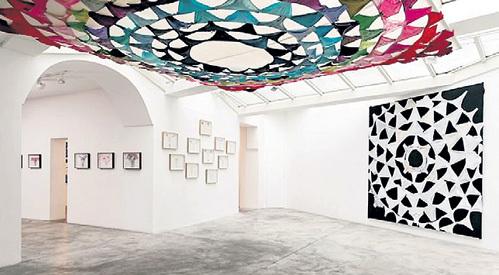 Галерея заполнена растянутыми трусами всех цветов и моделей