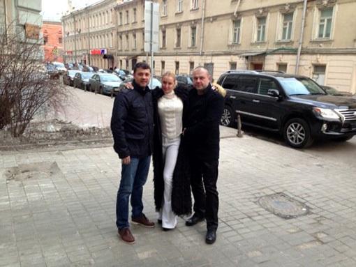 Анастасия ВОЛОЧКОВА позирует со своим новым мужчиной Бахтияром САЛИМОВЫМ и его другом