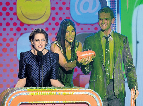 Молодо - зелено: по традиции ведущего церемонии актёра Джоша ДЮАМЕЛЯ, лауреатку Кристен СТЮАРТ, а также вручавшую награду Сандру БУЛЛОК облили зелёной жижей