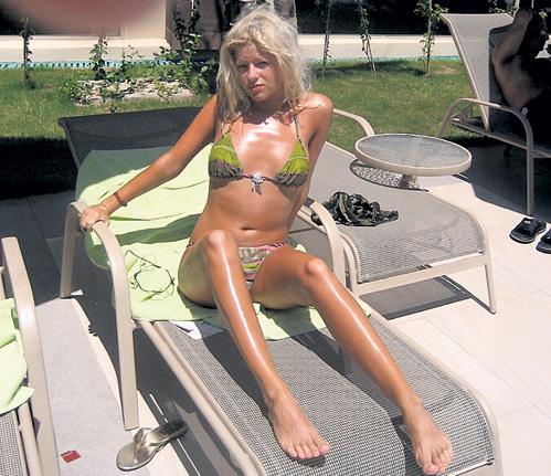 Несколько лет назад КОМИССАРОВА была блондинкой и работала офис-менеджером. Фото: Vk.com