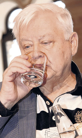 Чтобы не расплавиться в знойный день, лучше всего пить просто воду, и Олег ТАБАКОВ об этом знает