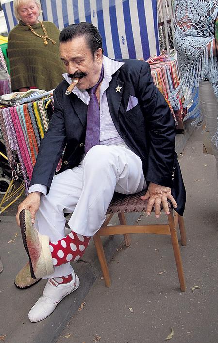 78-летний Вилли ТОКАРЕВ присмотрел себе тёплые войлочные тапочки, посчитав, что они сочетаются с его носками в горошек