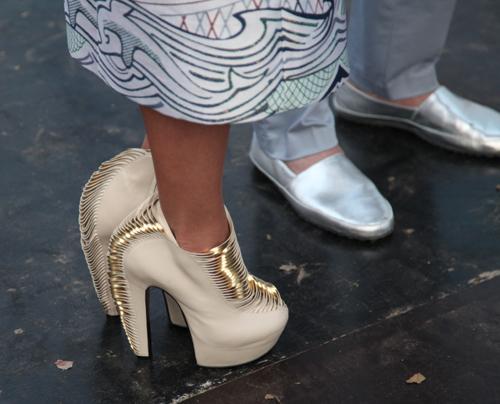 Ботиночки Насти - прямой отсыл к гардеробу Леди ГАГИ.