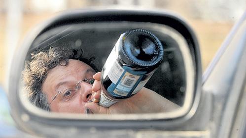 Квас и кефир за рулём пить разрешили, а спиртное по-прежнему нельзя. Фото Владимира ВЕЛЕНГУРИНА/«Комсомольская правда»