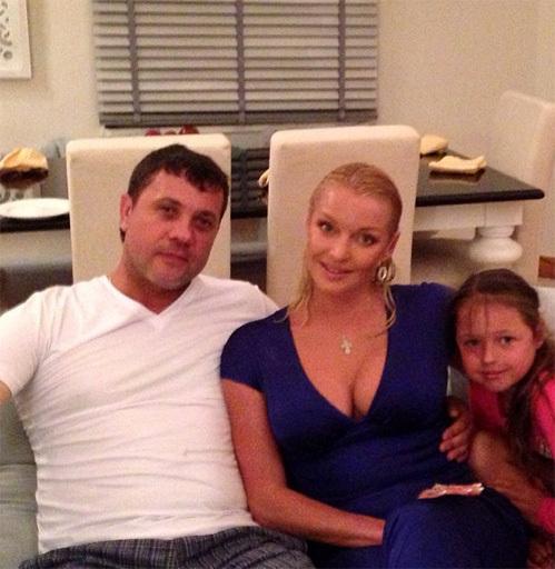 Анастасия ВОЛОЧКОВА с Бахтияром САЛИМОВЫМ и дочкой Аришей