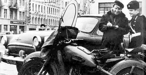 Юрий НИКУЛИН ездил на «мерседесе» с именными номерами, подаренном ему незадолго до смерти. «Волгу» на фото подогнали специально - для фотосессии