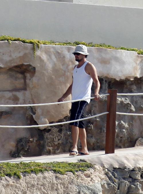 Леонардо ДИ КАПРИО в панамке и майке - образцовый отпускник