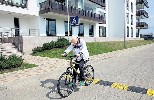 Велосипедная дорожка проходит мимо подъезда, где живёт певец