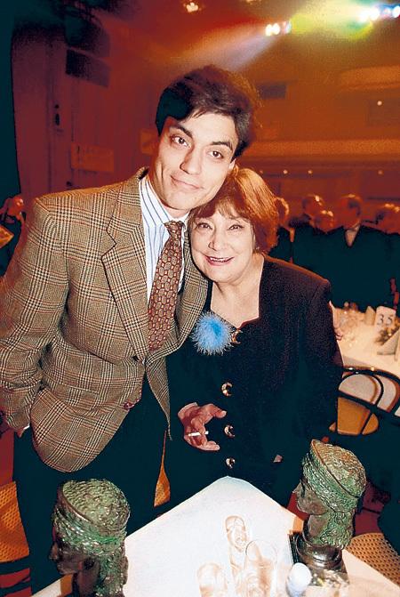 Сын актрисы Дмитрий, выучившись на врача, уехал в Америку и мать навещает редко