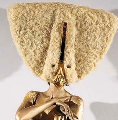 Француз ЛЕ МИНДУ делает замысловатые головные уборы из человеческих волос