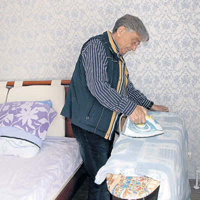 Домашними делами «папа» Чебурашки занимается сам