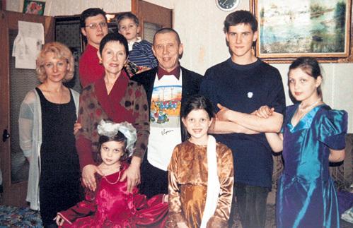 В браке с Тамарой (слева от Золотухина) у актёра родился сын Сергей (справа от Золотухина). По одной из версий, парень увлекся оккультными религиями, поэтому покончил жизнь самоубийством