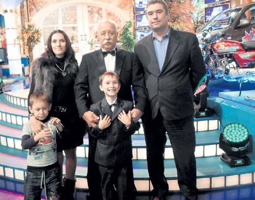 С ЯКУБОВИЧЕМ, как со Шреком плюшевым, фотографируются, - рассказал Иван, но сам не удержался от соблазна сняться с женой и сыновьями рядом с телеведущим