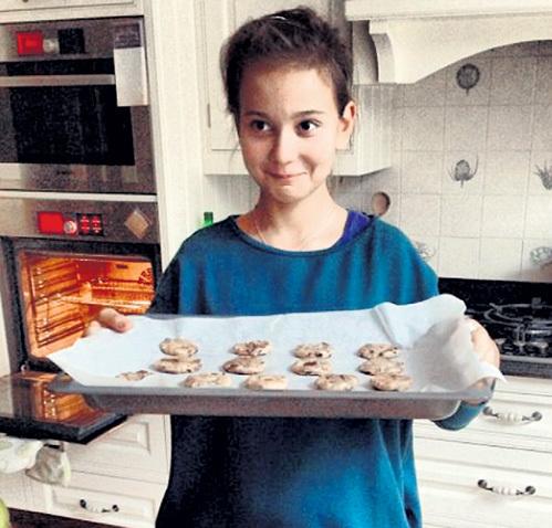Девочка научилась у мамы вкусно готовить