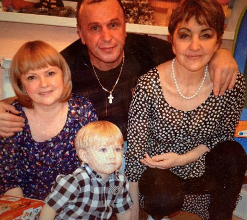 Родители ХЛЫСТОВА не общаются с ВИНОГРАДСКИМИ, считая, что их сын прав. На фото ХЛЫСТОВЫ Владимир и Гузель со Светланой и Данилкой