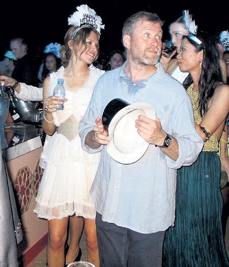 На острове Сен-Бартелеми Роман АБРАМОВИЧ и Даша ЖУКОВА новогодние вечеринки устраивают в стиле бич-пати