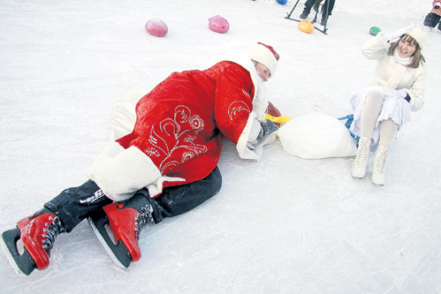 Сменив валенки на коньки, Деда Мороз со Снегурочкой явно погорячились