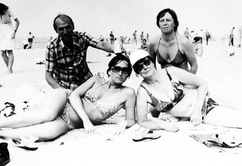 ХАРИТОНОВА (внизу справа) с друзьями на отдыхе