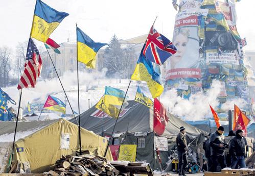 Под флагами США, Великобритании, ряда стран Евросоюза и Украины Киев терзают озверевшие нацисты из бандеровских банд. Но «цивилизованные евроинтегранты» закрывают глаза даже на убийство трёх милиционеров. Фото: © Reuters