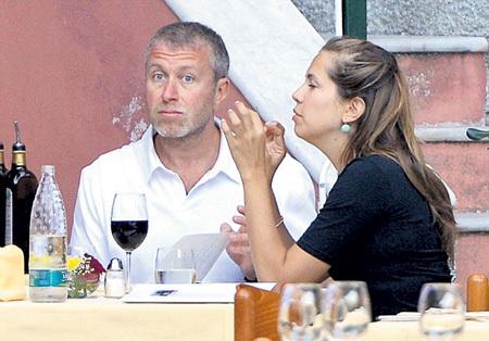 АБРАМОВИЧ (на снимке с Дарьей ЖУКОВОЙ) знает толк в еде