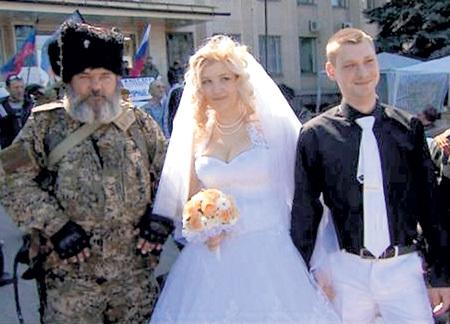 Жителям юго-востока Украины за счастье сфотографироваться с казаком