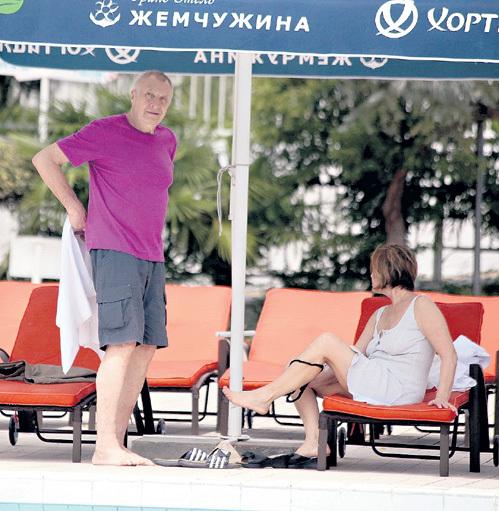 Актриса с мужем-режиссёром Андреем СМИРНОВЫМ, не морочась, переодевалась прямо на лежаке, правда, стыдливо отведя голову в сторону и делая вид, что просто смотрит в даль